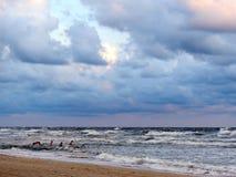 Oostzeekust en zwemmende mensen Stock Foto