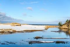 Oostzeekustlijn dichtbij Saulkrasti-stad, Letland Stock Afbeelding
