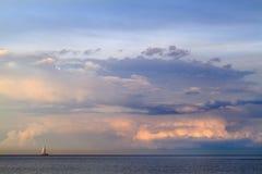 Oostzeelandschap met een eenzame zeilboot - Gdynia, Polen Royalty-vrije Stock Foto's