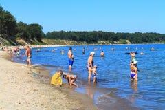 Oostzeestrand in Kulikovo op een hete Juli-dag Stock Foto