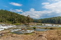 Ooty, Inde - 14 mars 2016 : Les cascades de Pykara traverse des barrages de Murkurti, de Pykara et de Glen Morgan Photos stock