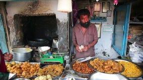 OOTY, INDE - MARS 2013 : Portrait de vendeur local du marché banque de vidéos
