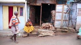 OOTY INDIEN - MARS 2013: Hängande tvätteri för lokal kvinna arkivfilmer