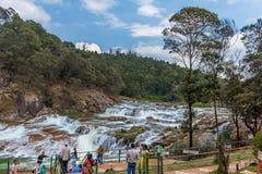 Ooty Indien - mars 14, 2016: Pykara vattenfall flödar till och med Murkurti, Pykara och Glen Morgan fördämningar Arkivfoto