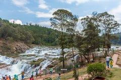 Ooty, la India - 14 de marzo de 2016: Las cascadas de Pykara atraviesan las presas de Murkurti, de Pykara y de Glen Morgan Foto de archivo