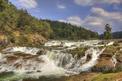 Ooty, la India - 14 de marzo de 2016: Las cascadas de Pykara atraviesan las presas de Murkurti, de Pykara y de Glen Morgan imagen de archivo