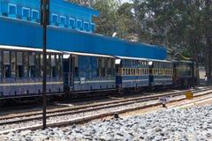 OOTY, TAMIL NADU, ÍNDIA, o 22 de março de 2015: Estrada de ferro da montanha de Nilgiri Trem azul Herança do UNESCO Estreito-cali Imagens de Stock