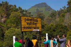OOTY, TAMIL NADU, INDIEN, am 20. März 2015: Nilgiri Befördern Sie Zeichen Runneymede mit dem Zug, das in Amtssprache des Tamil vo Lizenzfreie Stockfotos