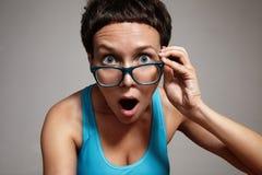 Oover di sorveglianza della donna domandantesi i suoi vetri Fotografia Stock Libera da Diritti