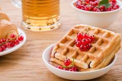 Opłatki, croissant z czerwonymi jagodami i szkło herbaciany /wafers, croissant z czerwonymi jagodami i szkłem herbata Selekcyjna  zdjęcia stock