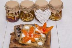 Opłatki z smakowitymi mieszanymi dokrętkami i sercem zdjęcia stock