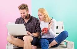 Opções de chamada a comprar agora A menina do homem cria a rede satisfeita do social do blogue Rede social satisfeita surfando do foto de stock royalty free