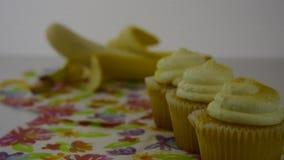 Opções saudáveis do alimento Os começos focalizaram nas microplaquetas de batata amarelas, então transições a uma maçã amarela vídeos de arquivo