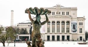 Opéra et théâtre et fontaine de ballet nationaux lettons la nymphe Photos stock