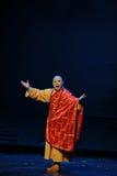 Opéra revêtu d'une robe de Jiangxi d'abbé de safran une balance Photographie stock libre de droits