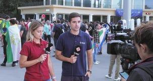Opérateur avec la caméra vidéo pour l'émission clips vidéos