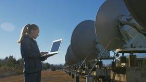 Opérateur d'étudiante d'institut du matériel de transmission terrestre solaire de moniteurs de physique dans le carnet seul banque de vidéos