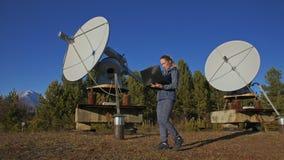 Opérateur d'étudiante d'institut du matériel de transmission terrestre solaire de moniteurs de physique dans le carnet seul clips vidéos