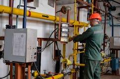 Opérateur dans l'industrie de production de gaz naturel photographie stock libre de droits