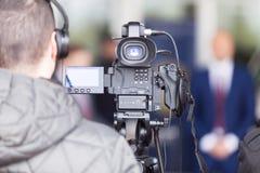 Opérateur de caméra vidéo travaillant à la conférence de presse images libres de droits