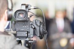Opérateur de caméra vidéo travaillant à la conférence de presse image stock