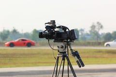 Opérateur de caméra vidéo travaillant à la voie de course images stock
