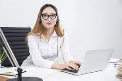Opérateur de centre d'appels ayant affaire avec des clients Photographie stock libre de droits