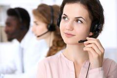 Opérateur de centre d'attention téléphonique Jeune belle femme d'affaires dans le casque Images stock