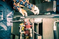 Opérateur de presse hydraulique image libre de droits