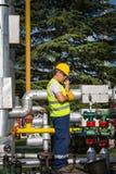 Opérateur de production de pétrole et de gaz Images stock