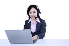 Opérateur de service d'assistance avec l'ordinateur portable Images libres de droits