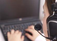 Opérateur de support à la clientèle avec l'ordinateur portatif Images stock