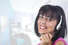 Opérateur de téléphone de soutien de femme Images stock