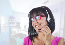 Opérateur de téléphone de soutien de femme Image stock