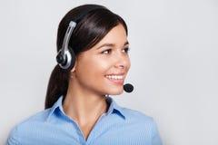 Opérateur de téléphone de support à la clientèle dans le casque, avec le secteur vide de copyspace pour le message textuel de slo photos stock