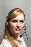 Opérateur féminin de support à la clientèle avec le casque et le sourire image stock