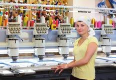 Opérateur féminin des machines automatiques de broderie images stock