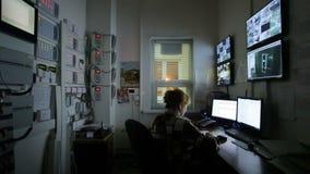 Opérateur féminin regardant la longueur multiple d'appareil-photo sur des ordinateurs clips vidéos