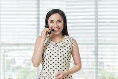 Opérateur gai de sourire heureux de téléphone de soutien dans le casque photo stock