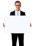 Opérateur mâle de sourire avec le panneau-réclame blanc Photographie stock