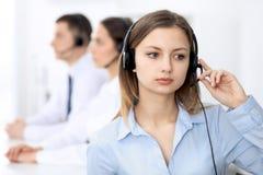 Opérateurs de centre d'appels Concentrez sur la jeune femme de sourire gaie dans le casque Concepts d'affaires et de service clie images libres de droits