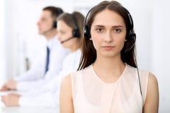 Opérateurs de centre d'appels Concentrez sur la jeune femme de sourire gaie dans le casque Concepts d'affaires et de service clie photos stock