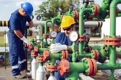 Opérateurs de production de gaz photo stock