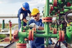 Opérateurs de production de gaz photos stock