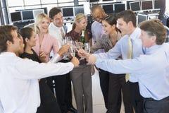 Opérateurs en bourse célébrant dans le bureau Images stock