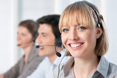 Opérateurs heureux de centre d'attention téléphonique