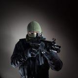 Opération anti-terroriste de policier/soldat d'unité au cours de la nuit image libre de droits
