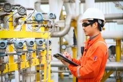 Opération d'enregistrement d'opérateur du processus de pétrole et de gaz à l'huile et l'usine d'installation, le pétrole marin et images libres de droits