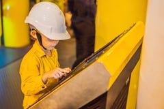 Opération d'enregistrement d'opérateur de garçon du processus de pétrole et de gaz à l'huile et l'usine d'installation, le pétrol image stock