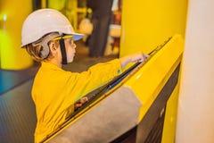 Opération d'enregistrement d'opérateur de garçon du processus de pétrole et de gaz à l'huile et l'usine d'installation, le pétrol photos libres de droits